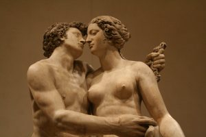 statues kissing