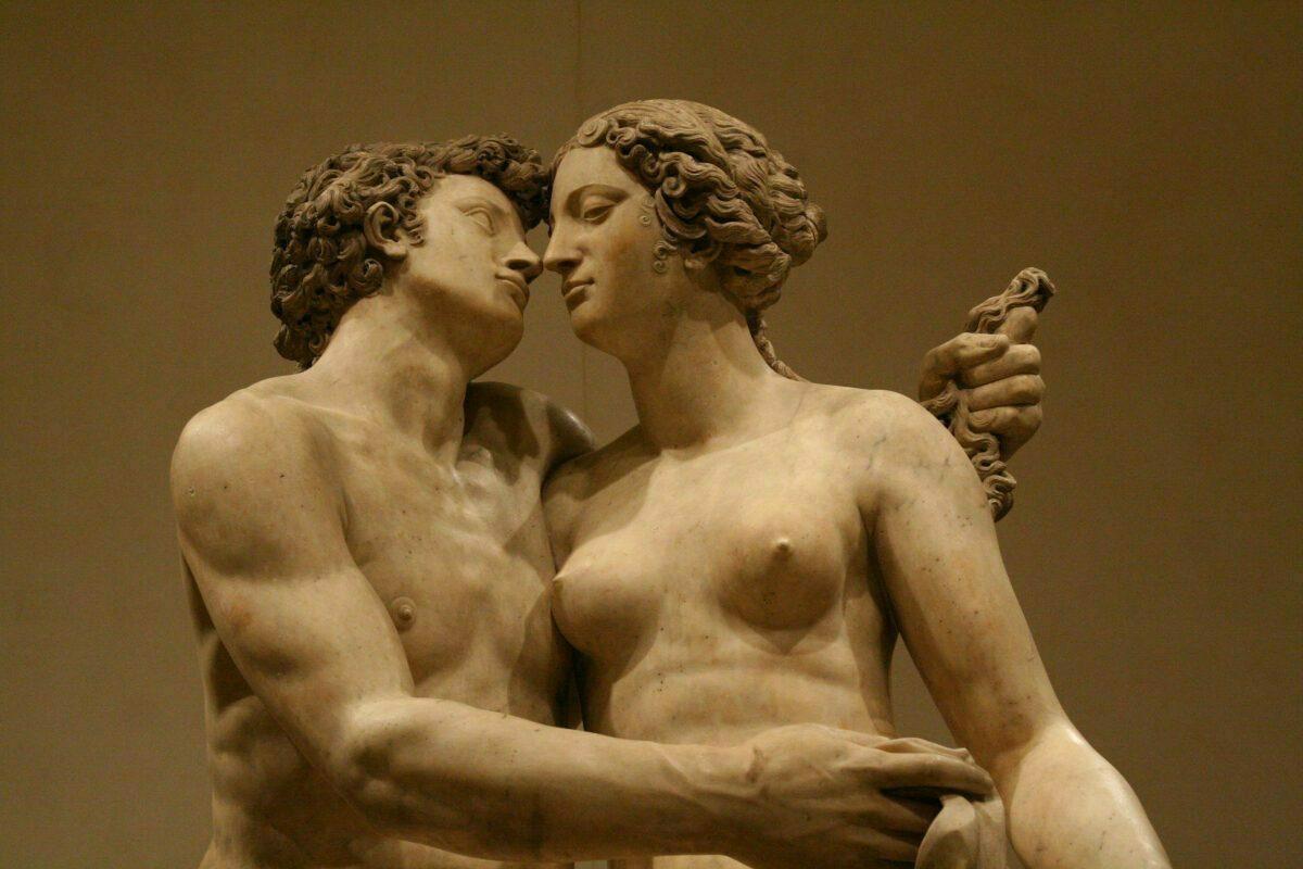 statues kissing